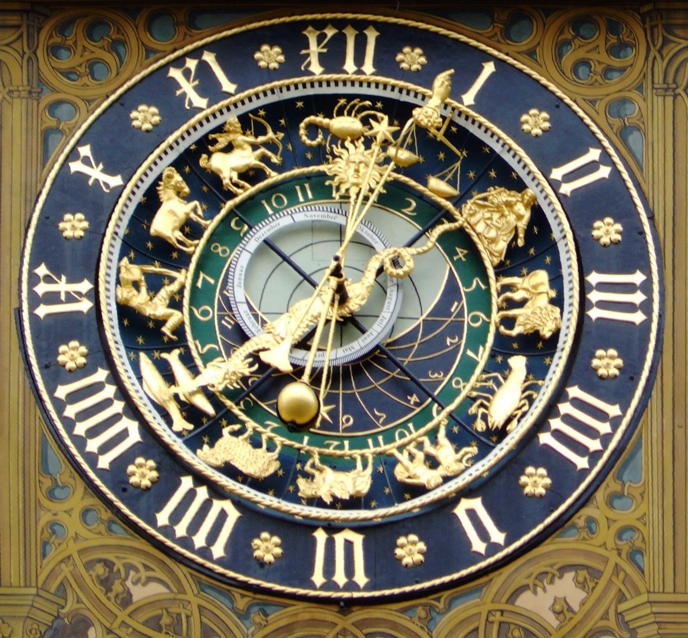 Astronomische Uhr (1520) am Ostgiebel des Rathauses