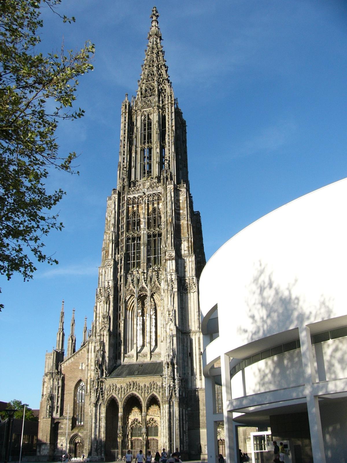 Das Ulmer Münster mit dem Stadthaus (rechts)