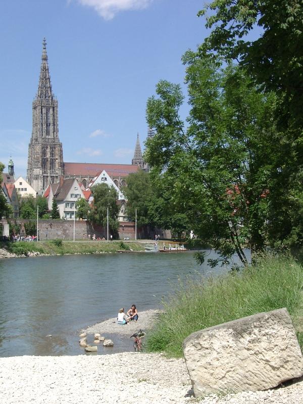 Das Ulmer Münster mit der Donau von Neu-Ulm her gesehen